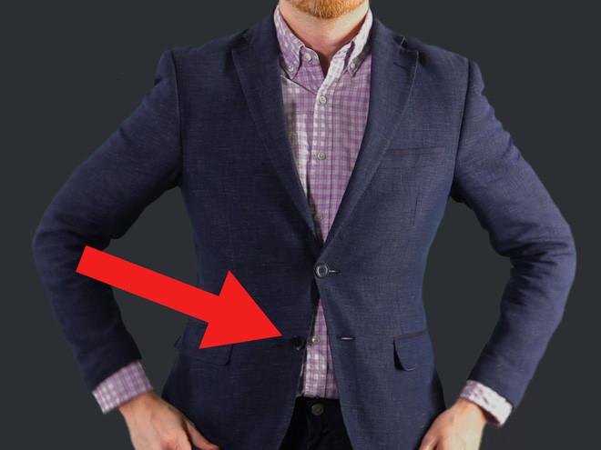Không nên cài cúc áo vest cuối cùng