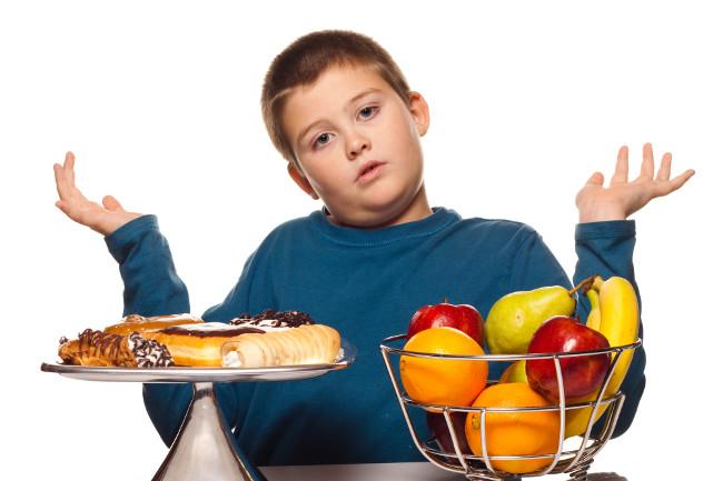 Cho trẻ ăn quá no