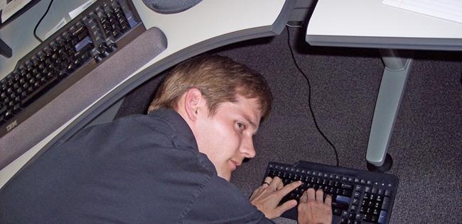 Cắm chuột không dây vào máy tính để bàn
