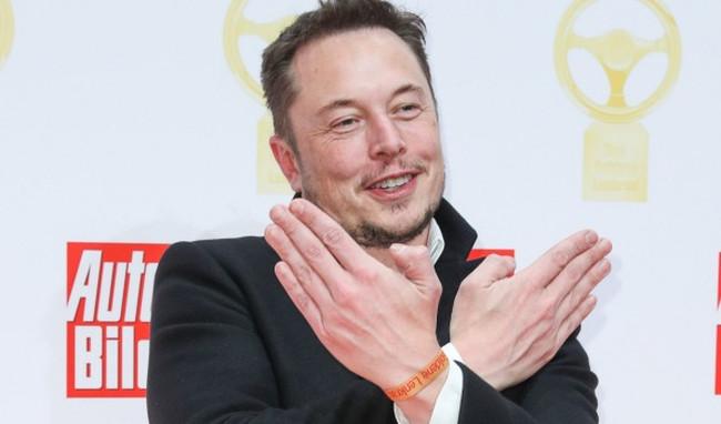 Câu chuyện Elon Musk sa thải trợ lý gắn bó suốt 12 năm đã gây ra nhiều tranh cãi.