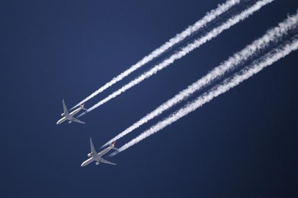 Vệt trắng đó chính là khí thải của động cơ máy bay được thải ra trên bầu trời