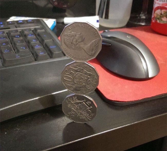 Không biết phải mất bao lâu thời gian để giữ cho ba đồng tiền này cân bằng.