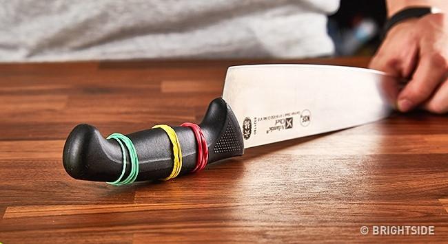Dùng dây nịt buộc vào cán dao để hạn chế cán dao trơn