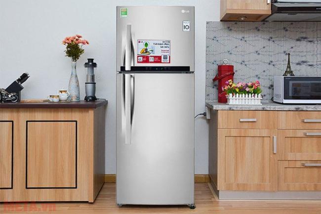 Nên kiểm tra xem tủ lạnh đã được kê trên mặt bằng phẳng chưa