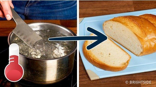 Để tránh vụn bánh mì khi cắt, hãy nhúng dao vào nước sôi.