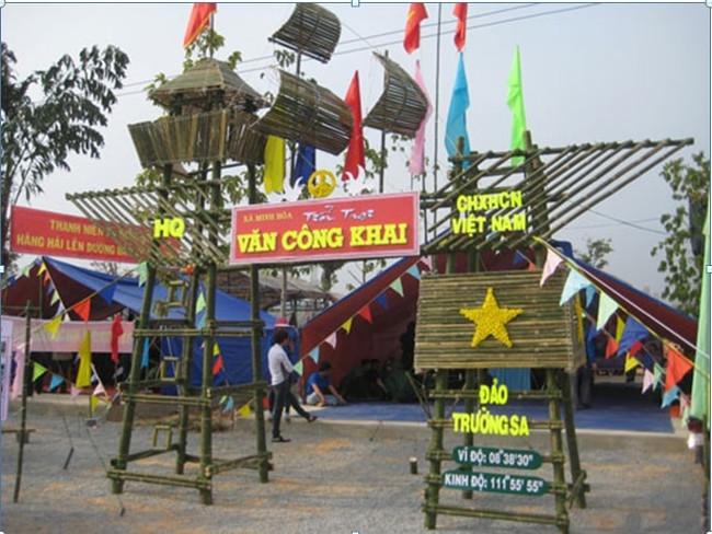Cổng trại mang tinh thần biển đảo quê hương