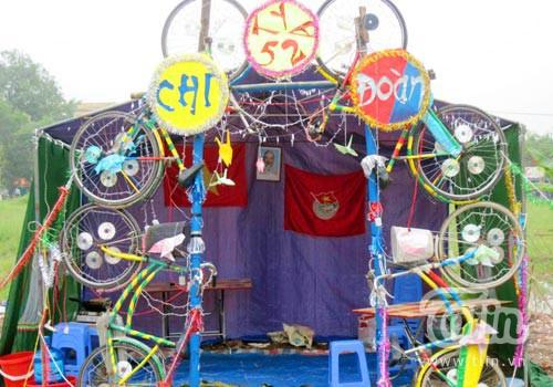 Cổng trại được dựng từ xe đạp