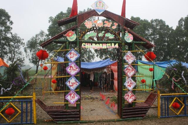 Cổng trại khá hoành tráng ngày 26-3
