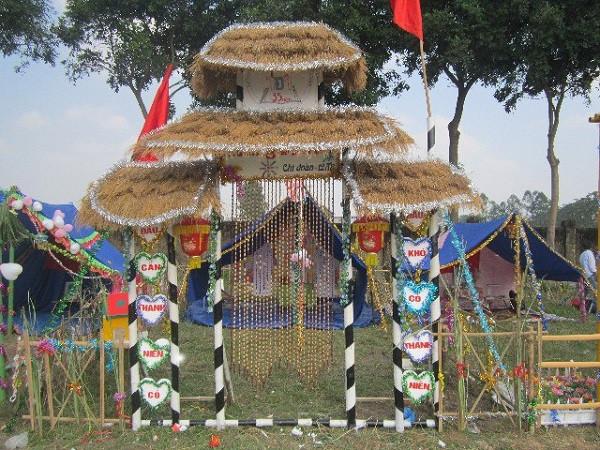 Cổng trại lấy ý tưởng từ ngôi đình Việt