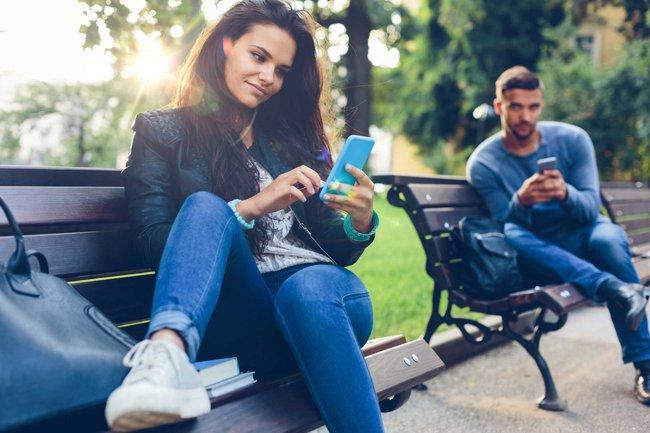 """Cảm thấy """"hạnh phúc/căng thẳng/ghen tỵ"""" với bạn bè trên mạng xã hội"""