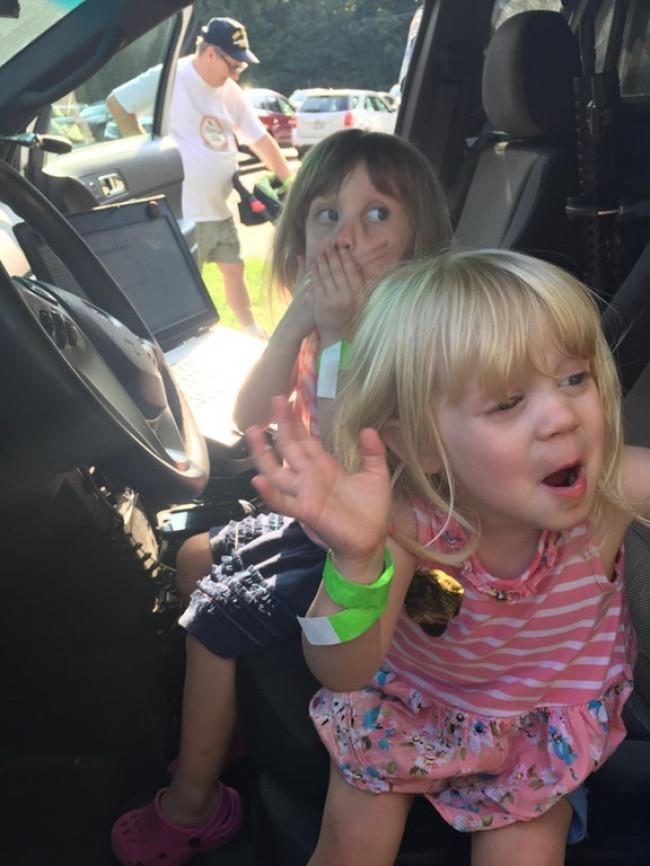 Khoảnh khắc con tôi bấm còi báo động trong xe cảnh sát