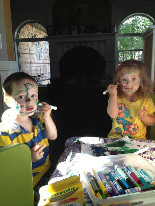 Khi không thấy tiếng lũ trẻ hò hét, ắt hẳn là chúng đang say mê sáng tác.