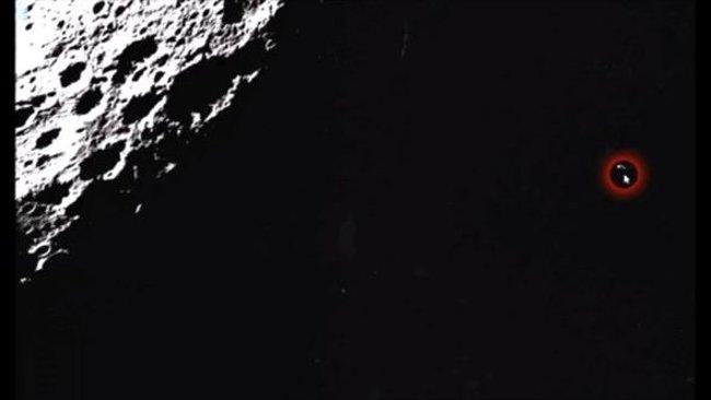 """Black Knight? Một đoạn video mới nhất của Streetcap1 trình chiếu một """"UFO"""" trên Mặt Trăng."""