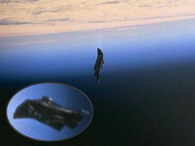 Hình ảnh tấm chắn nhiệt rơi trong không gian vũ trụ.