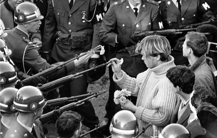 Người đàn ông cài hoa vào họng súng