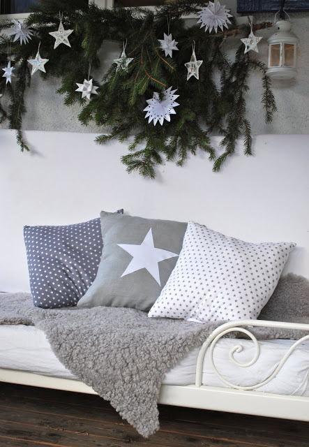 """Trang trí ghế sofa ngày Giáng sinh """"cực đẹp"""" với lá thông và quả thông"""