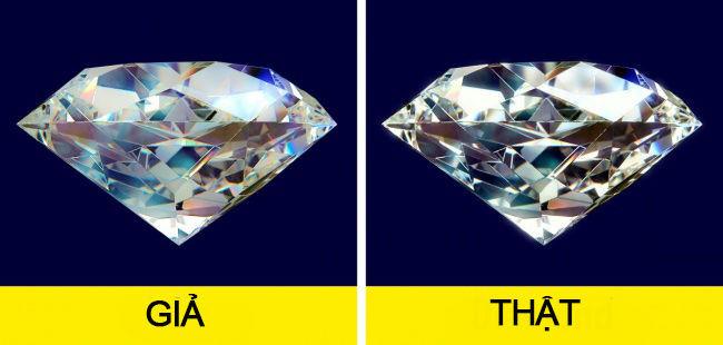 Để kiểm tra kim cương thật hay giả, bạn chỉ cần hà hơi vào viên kim cương
