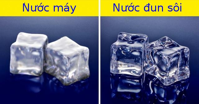 Nếu bạn làm đá bằng nước máy, chúng sẽ có màu trắng; nếu bạn sử dụng nước đun sôi, đá sẽ trong suốt.