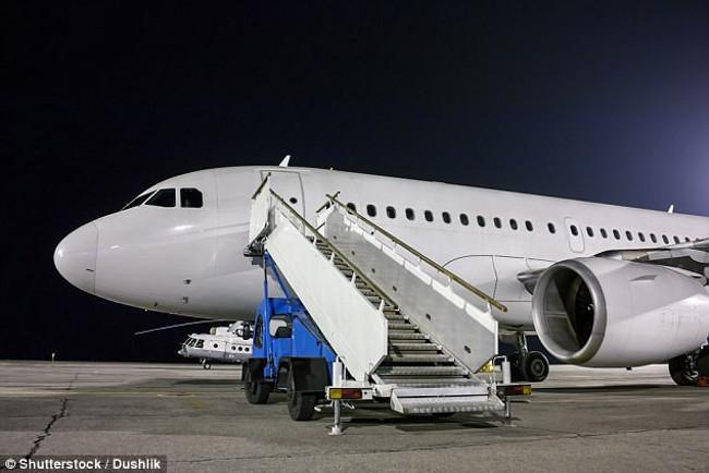 Cửa lên xuống máy bay của hành khách luôn nằm bên trái