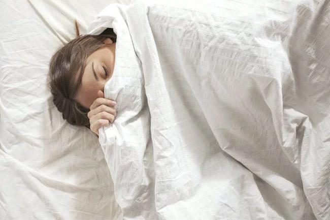 Trùm chăn kín đầu khi đi ngủ.