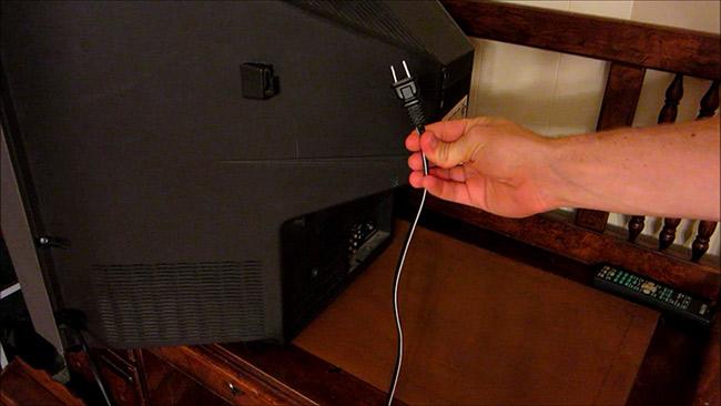 Tắt tivi bằng cách rút dây điện.