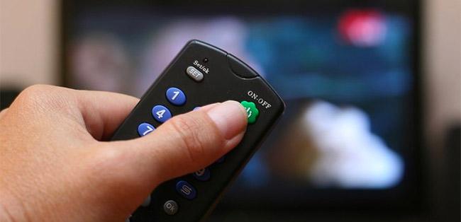 Chỉ tắt tivi bằng remote.