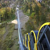 Tàu đường sắt cao nhất thế giới leo lên sườn núi