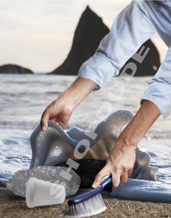Bọt sóng trùm lên tảng đá trước lúc ào vào bờ.