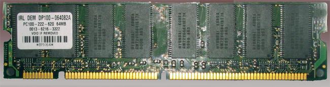 Tám IC SDRAM trên một gói PC100 DIMM