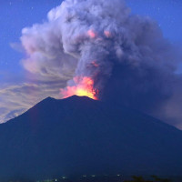 Trên đảo núi lửa, sạt lở đất có thể gây ra những phun trào khổng lồ