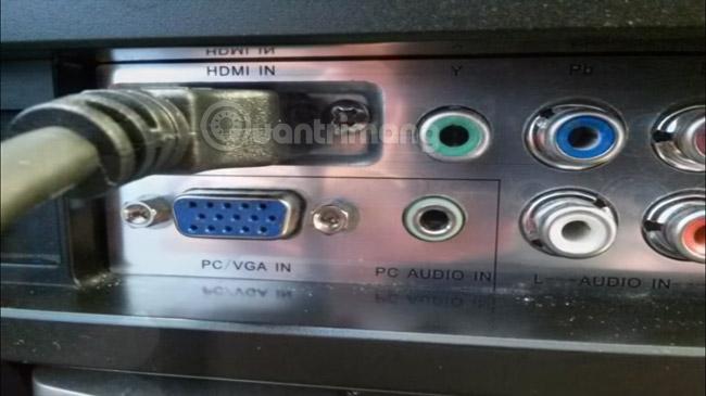 Kết nối cáp HDMI vào cổng HDMI trên tivi