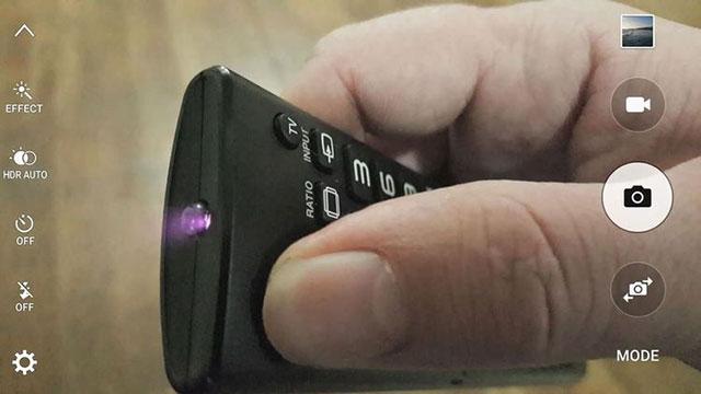 Tia hồng ngoại xuất hiện trên camera cho thấy điều khiển vẫn bình thường