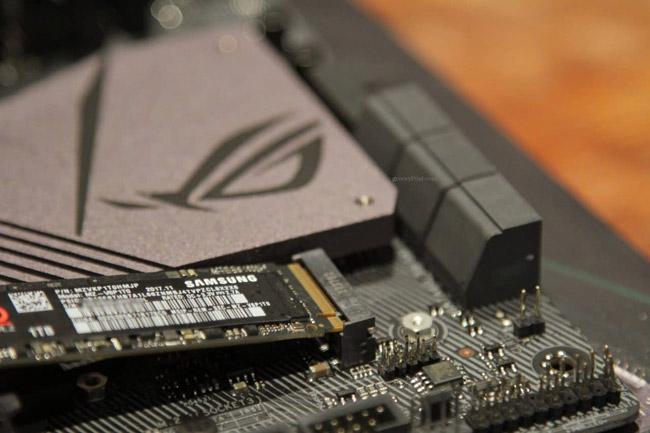Đẩy ổ cứng vào khe M.2
