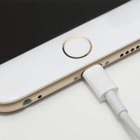 Tận dụng dòng suối nhỏ, anh chàng này đã tự chế bộ sạc pin cho iPhone của mình