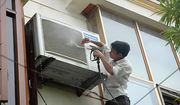 Làm sạch các phần của cục nóng