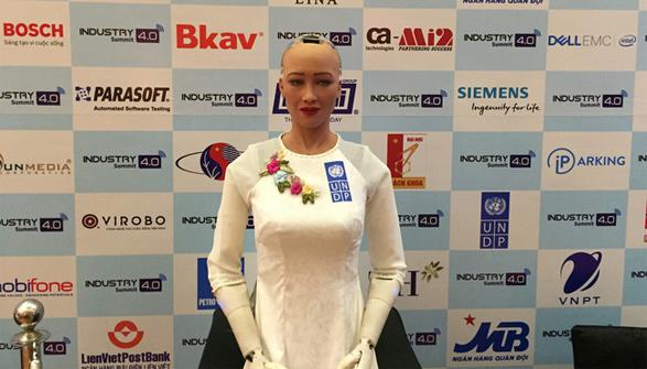 Robot Sophia trong trang phục áo dài truyền thống của Việt Nam
