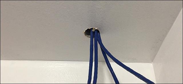 Cho dây đi qua một lỗ trước đi vào hộp DVR