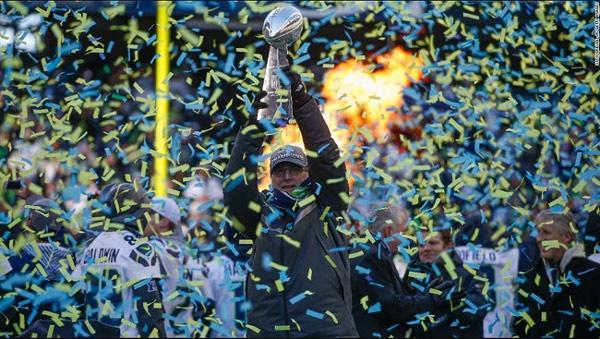Paul Allen đang nâng chiếc cúp của Seattle Seahawks đoạt được vào năm 2014