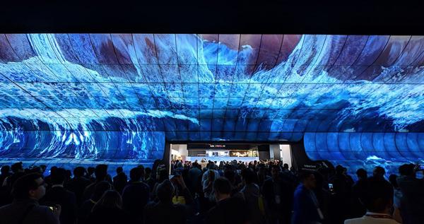 Màn trình diễn đầy ấn tượng bằng cách ghép 250 chiếc TV OLED 4K cong thành một màn hình cong khổng lồ