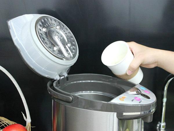 Đổ nước vào bình thủy điện từ từ