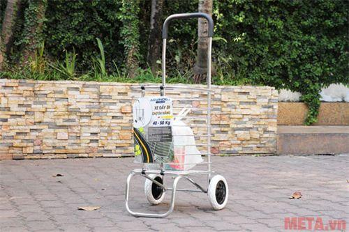 Xe kéo đi chợ đa năng tiện lợi sử dụng khi mua sắm thực phẩm.