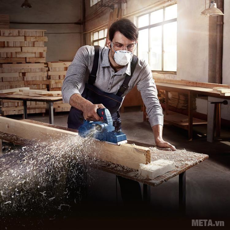 Máy bào gỗ giúp bề mặt gỗ phẳng, nhẵn.