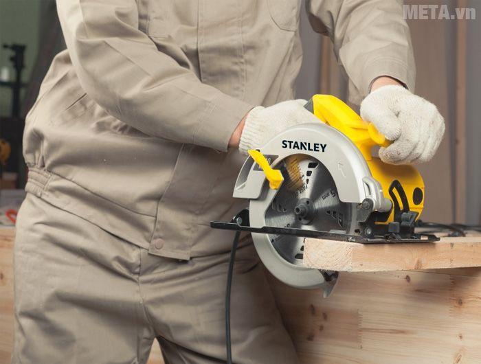 Máy cưa gỗ giúp cưa, cắt gỗ thành nhiều hình dạng.