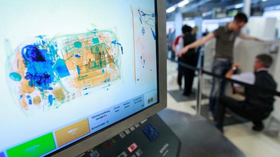 Kiểm tra hành lý qua máy quét tại sân bay