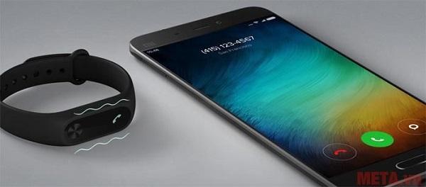 Vòng đeo tay Xiaomi Miband 2 hiện thông báo tin nhắn, cuộc gọi tiện lợi.