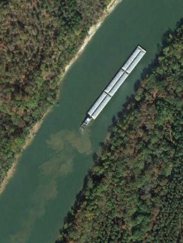 Chiếc sà lan lớn di chuyển trên sông Tombigbee ở Alabama (Mỹ)