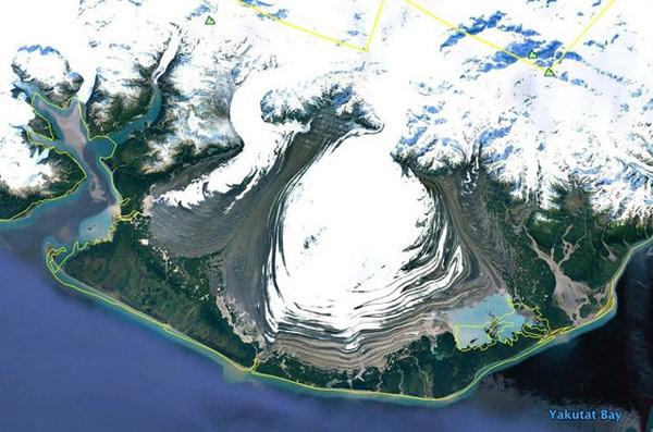 Sông băng (dài băng lớn, lâu năm, di chuyển liên tục) chảy qua một đồng bằng ở Đông Nam Alaska
