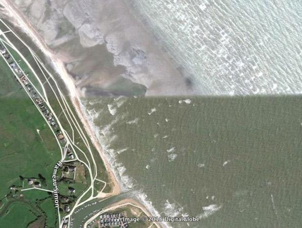 Thủy triều cao và thấp xuất hiện cùng lúc trên một bãi biển Normandy