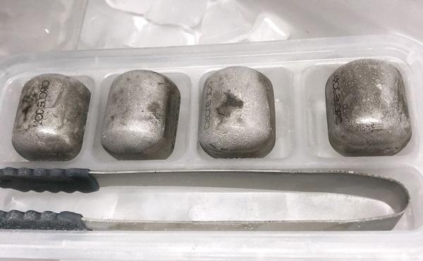 Bỏ đá lạnh vào ngăn đá tủ lạnh trước khi sử dụng