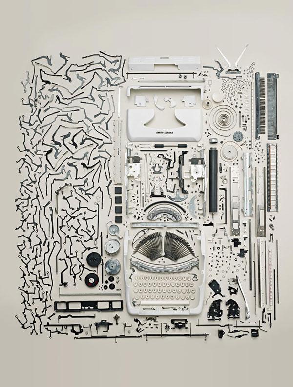 Hàng trăm linh kiện của một chiếc máy đánh chữ trước kia
